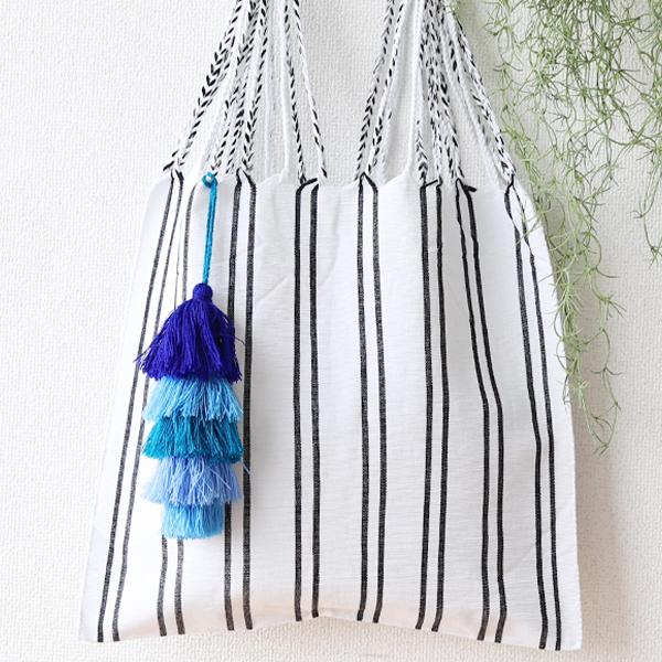 バッグのアクセントに*ハンモックバッグ ×ポンポン(ホワイト×ブルー)